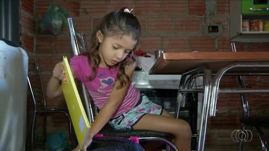 Crianças estão sem estudar porque escola em distrito não tem mobília