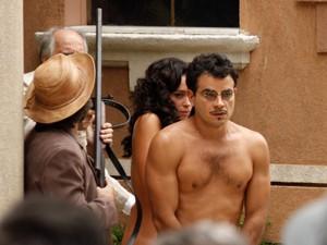 Glória e Josué são obrigados a fugirem nus (Foto: Gabriela/TV Globo)