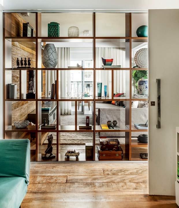 sala-de-estar-TV-estante-vazada-MDF-movel (Foto: Edu Castello/Editora Globo)