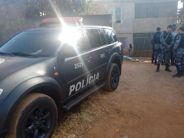 Policiais do Bope fazem buscas na casa do suspeito, em São Sebastião, neste domingo (10) (Foto: Polícia Militar/Divulgação)