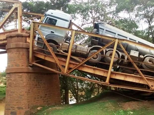 Carreta ficou pendurada após o desabamento da ponte (Foto: Lagoa da Prata.com/Divulgação)