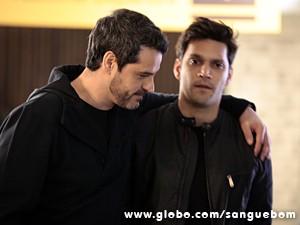 Natan convida Érico para afogar as mágoas (Foto: Pedro Curi / TV Globo)