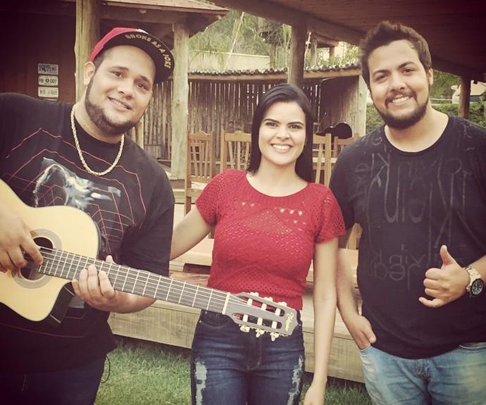 Andréia com a dupla sertaneja Zé Ricardo e Thiago. (Foto: Arquivo Pessoal)
