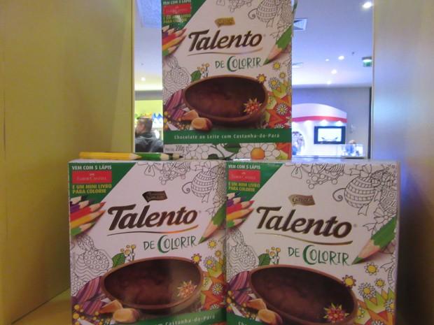 A Garoto trouxe este ano o Talento Colorir de 200 g, com castanha-do-pará, acompanhado de kit com cinco lápis de cor e um minilivro para colorir (Foto: Marta Cavallini/G1)