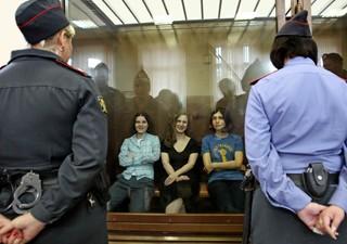 Banda russa Pussy Riot em tribunal de Moscou nessa sexta-feira (17) (Foto: Mikhail Metzel/AP)