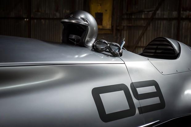 Os óculos e capacetinho aberto combinam com o estilo retrô do conceito Infiniti (Foto: Divulgação)