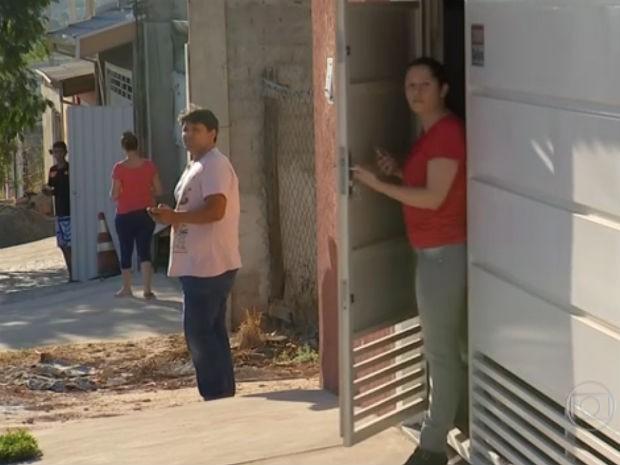 Moradores saem após aviso de vizinhos para vigiar rua (Foto: Reprodução / TV Tem)