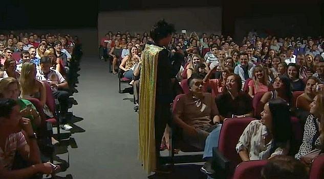 Comediante Rodrigo Santanna encanta público presente no show, em Manaus (Foto: Amazonas TV)