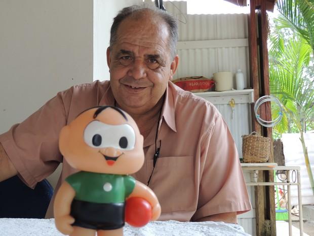 Seu Cebola e o boneco personagem dos gibis (Foto: Carolina Paes/G1)
