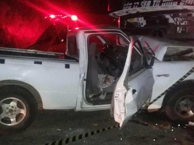 Colisão fronta entre caminhonete e carreta deixou um morto e um ferido em Taquaritinga do Norte (Foto: Divulgação/PRF)