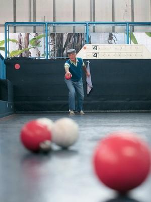 LONGEVIDADE Idoso disputa partida de bocha em clube de São Caetano do Sul.  A cidade oferece muitas atividades à terceira idade (Foto: Rogério Cassimiro/ÉPOCA)