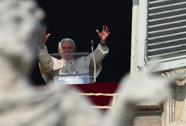 Papa abençoa multidão reunida na Praça São Pedro em seu penúltimo ângelus como pontífice (Foto: Gabriel Bouys/AFP)