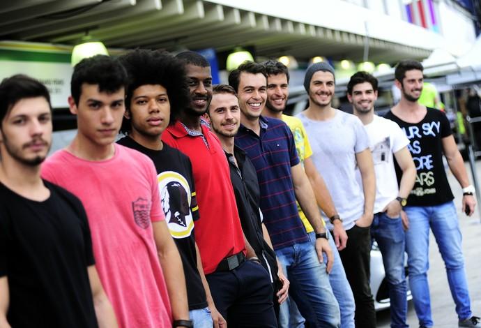 Modelos se alinham para ensaio do GP do Brasil (Foto: Marcos Ribolli)