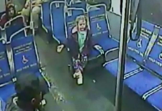 Menina de 4 fugiu de casa e embarcou em ônibus de madrugada para comprar raspadinha de gelo (Foto: Reprodução/YouTube/AP)