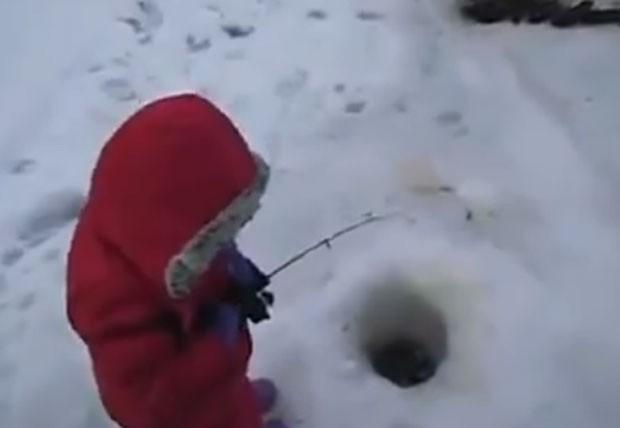 Menino de dois anos foi filmado fisgando seu 1º peixe em lago congelado (Foto: Reprodução/LiveLeak/Your Daily Video)