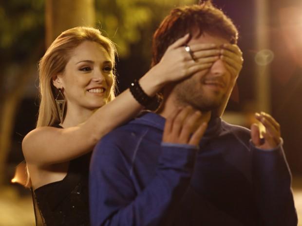 Megan aparece na Gambiarra e pega Davi de surpresa (Foto: Fábio Rocha/Gshow)