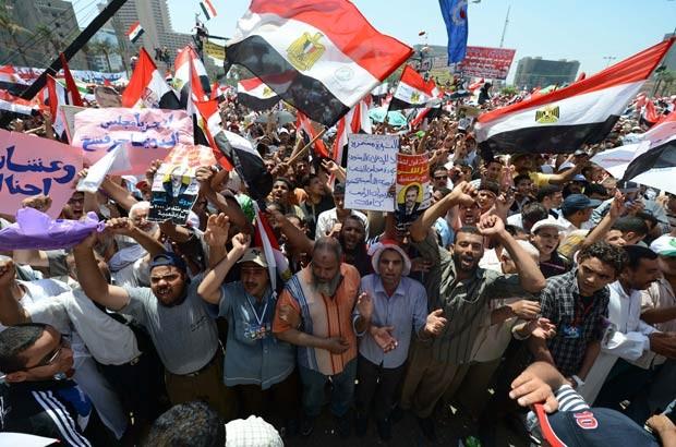Partidários de Mohamed Morsi e da Irmandade Muçulmana reunidos nesta sexta-feira (29) na Praça Tahrir, no Cairo (Foto: AFP)