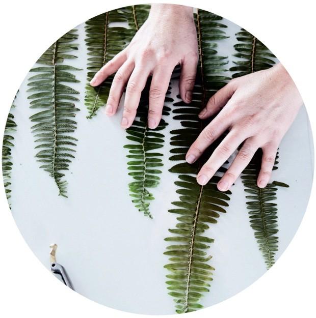 Montagem. Escolha folhas ou flores de sua preferência. Vale optar por uma folha grande ou criar composições com plantas menores. Leve em conta a textura e o tom das espécies escolhidas (Foto: Warren Heath / Bureaux.Co.Za)