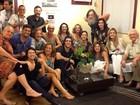 Elenco de 'Avenida Brasil' posa junto para foto nos bastidores