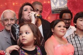 Simony coma família na festa da filha em São Paulo (Foto: Léo Franco/ Ag. News)