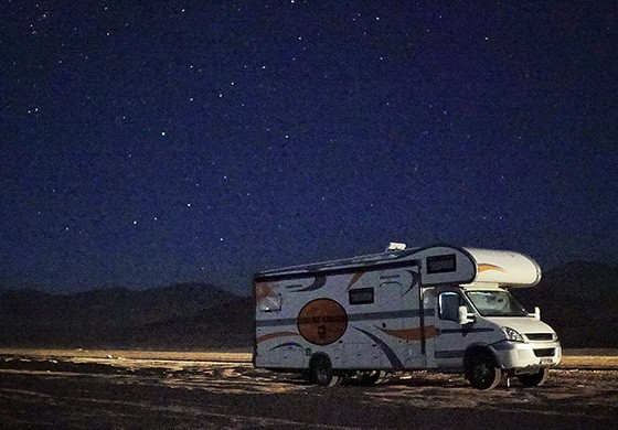 Fotografando o motorhome sob o céu estrelado do deserto do Atacama  (Foto: Max Fercondini)