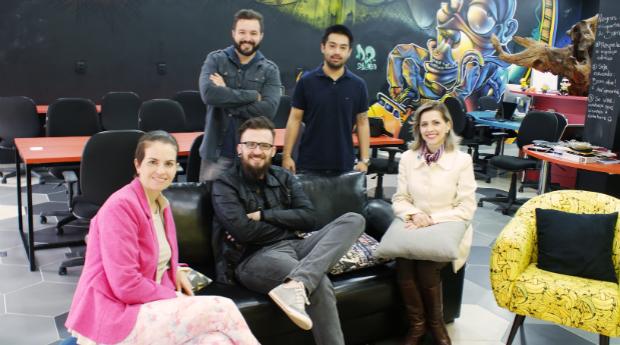 A equipe da Bomo. Em pé, da esquerda para a direita: Marcos Granzotto e Marcos Seki. Sentados estão Ana Martins, Lucas Martins e Aitana Zucco (Foto: Divulgação)