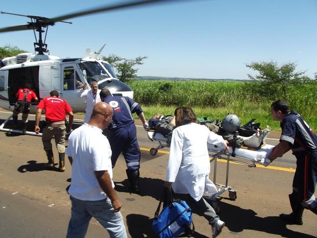 Co-piloto da Embraer é socorrido depois de ejetar de aeronave em Nova Europa (SP) (Foto: Luiz Henrique de Andrade/O Jornal )