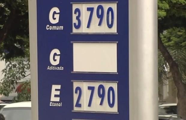 Preço da gasolina aumenta outra vez e chega a R$ 3,79 em postos de Goiás (Foto: Reprodução/TV Anhanguera)