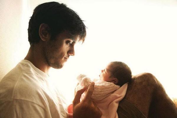 Felipe Simas com a filha (Foto: Reprodução Instagram)