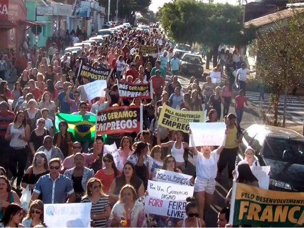 Lojistas saíram às ruas de Franca para pedir proteção ao comércio local (Foto: Reprodução EPTV)