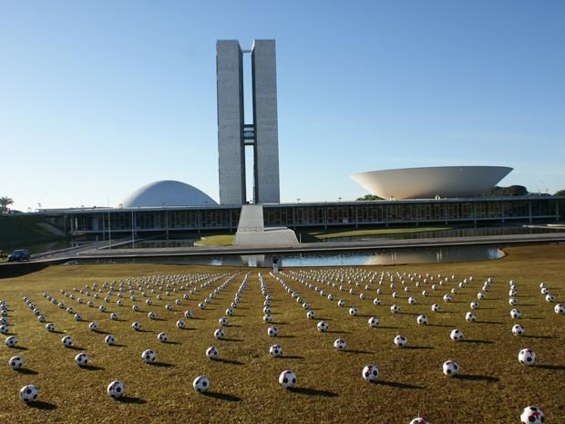 Membros da ONG Rio da Paz distribuíram 594 bolas de futebol no gramado em frente ao Congresso Nacional (Foto: Vianey Bentes / TV Globo)