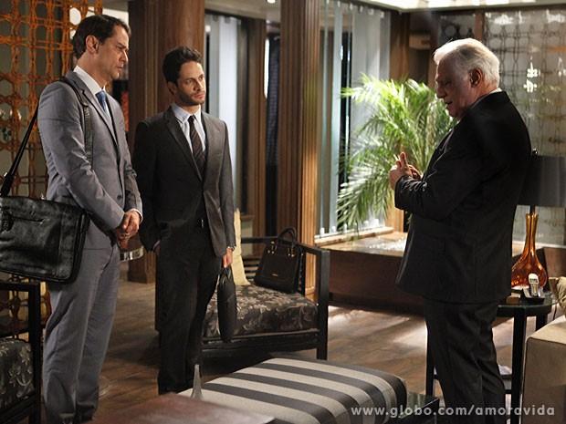 Eron e Rafael sentem como César está abatido (Foto: Pedro Curi/TV Globo)