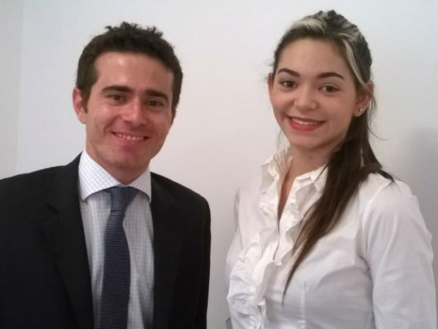 O advogado Fernando Canavezi recebeu a estudante Karina em escritório de Sorocaba (Foto: Flávia Lawall / Divulgação)