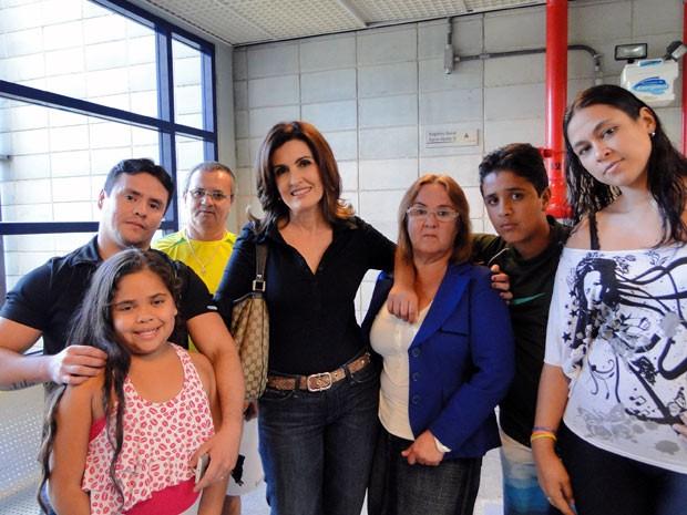 Fátima posa nos bastidores com o copeiro e a família dele (Foto: Encontro com Fátima Bernardes/TV Globo)