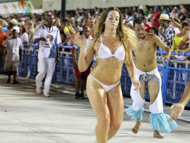 Alguns integrantes da Unidos de Vila Santa Tereza desfilaram sem fantasias (Foto: Rodrigo Gorosito/G1)