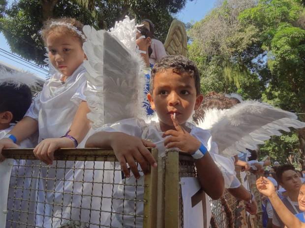 Menino chupa pirulito no Carro de Anjos do Círio das Crianças (Foto: Glauce Monteiro/G1)