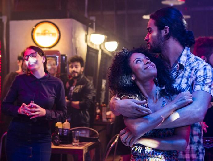 Vanda e Nuno dançam juntinhos enquanto religiosa requebra atrás (Foto: Ellen Soares / Gshow)
