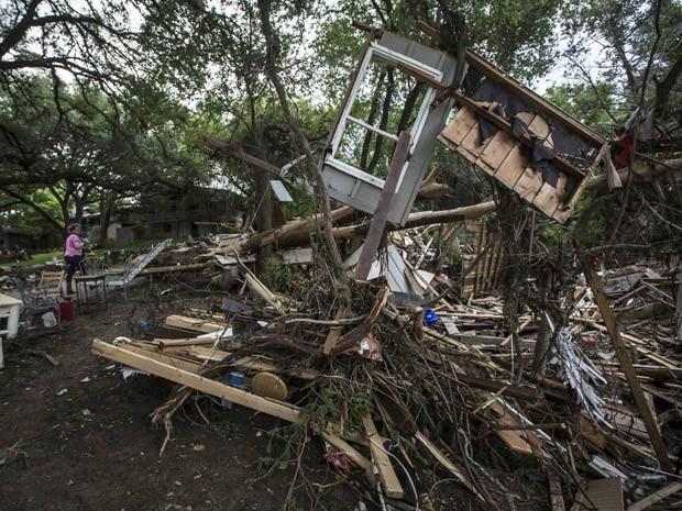 Casas ficam destruídas após inundação do rio Blanco, em San Antonio, no estado do Texas (Foto: REUTERS/Tamir Kalifa)