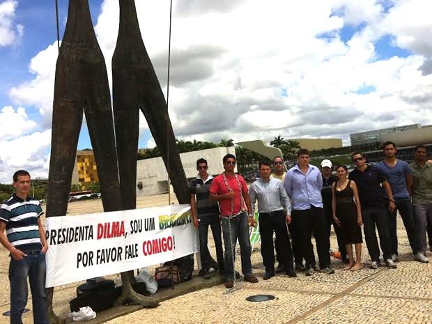 Manifestante se algemou a monumento Dois Candangos, em frente ao Palácio do Planalto (Foto: Isabella Formiga/G1 DF)
