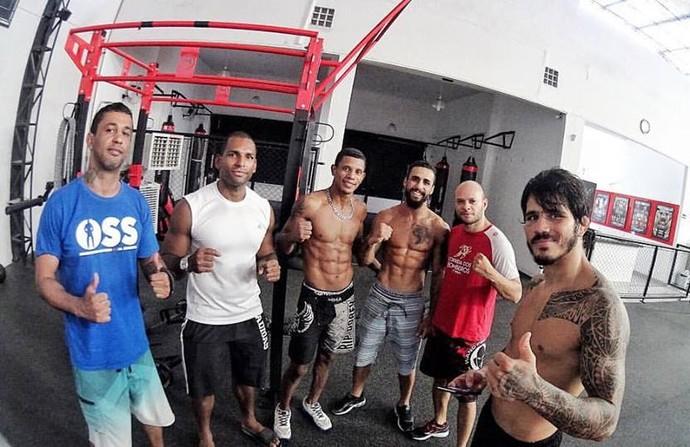 Erick Silva treina com o também lutador Jonas Coelho, o mestre de jiu-jítsu Luciano Lyra e o técnico de MMA Rômulo Agulha (Foto: Divulgação/Arquivo Pessoal)