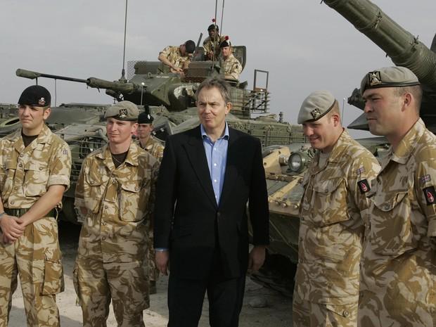 Foto mostra o ex-ministro britânico, Tony Blair, reunido com soldados na base logística de Shaibah, em Basora, no Iraque em 22 de dezembro de 2005 (Foto: Kirsty Wigglesworth/AP)