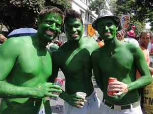 Fantasiados de Hulk, foliões se divertem com o as Baian@s Ozad@s (Foto: Sara Antunes / G1)