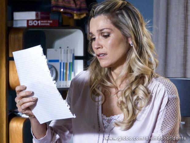 Heloísa chora ao ler a carta deixada por Lili (Foto: Além do Horizonte/TV Globo)