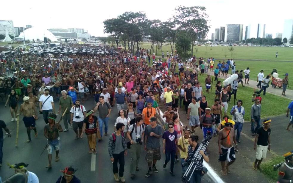 Indígenas marcham no Eixo Monumental, em Brasília, e pedem maior demarcação de terras (Foto: Marília Marques/G1)