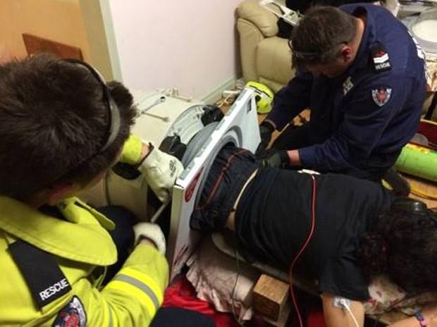 Homem de 22 anos foi resgatado pelos bombeiros após ficar entalado em máquina de lavar roupa (Foto: Reprodução/Facebook/Bankstown Fire and Rescue)