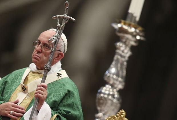 Papa Francisco durante missa de abertura do Sínodo de bispos sobre a família no Vaticano neste domingo (4) (Foto: Alessandro Bianchi/Reuters)