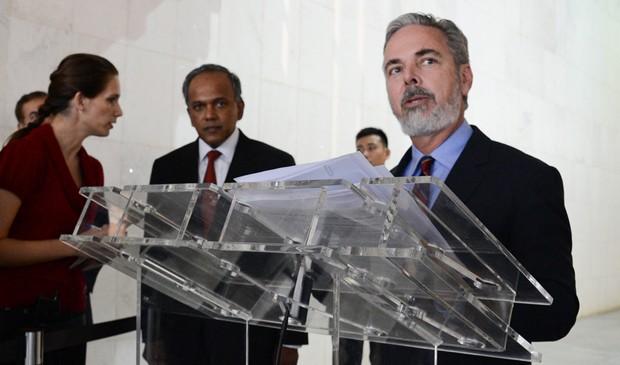 O ministro Antonio Patriota concede entrevista à imprensa ao lado do ministro da Justiça de Cingapura K Shanmugam (Foto: Ana de Oliveira/AIG/MRE)