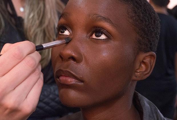 Escolha um corretivo para a região dos olhos exatamente do seu tom de pele (Foto: Nathália Cariatti)