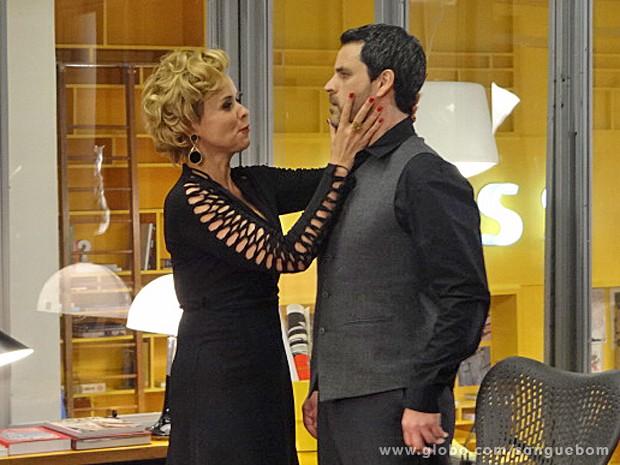 Bárbara tem a cara de pau de beijar Natan (Foto: Sangue Bom/Rede Globo)