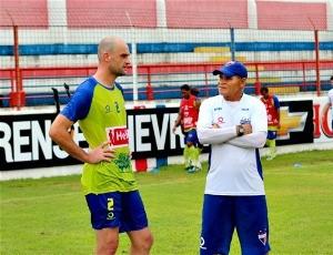 Flávio teve primeira conversa com o treinador de goleiros Salvino (Foto: Divulgação / Fortaleza)